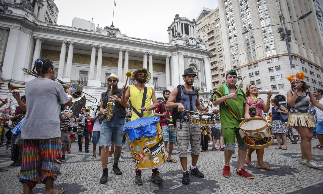 Na abertura não oficial do carnaval, no início do mês, agentes jogaram bombas de gás lacrimogêneo Alexandre Cassiano / Agência O Globo