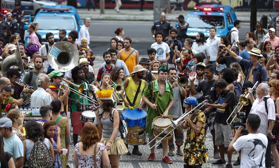 A chuva atrapalhou o público que curtia a banda no protesto Alexandre Cassiano / Agência O Globo