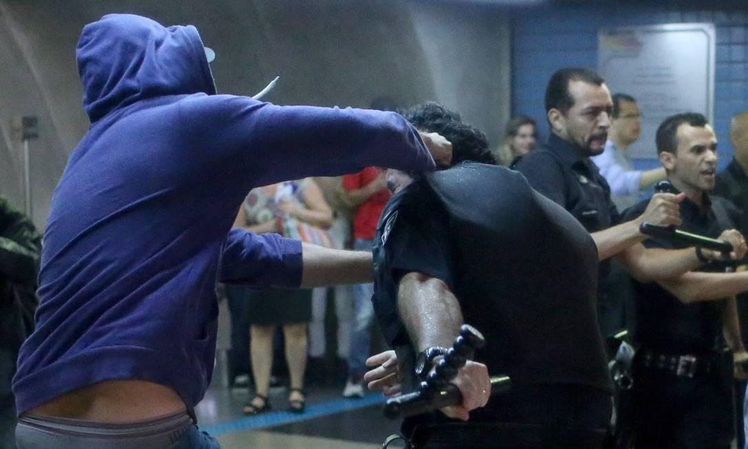 Houve nova confusão entre manifestantes e policiais nas estações de metrô no fim da manifestação Foto: Pedro Kirilos / Agência O Globo
