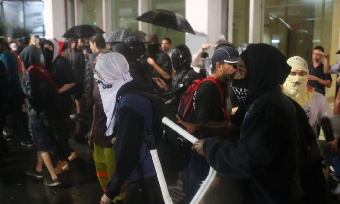 Confusão aconteceu no primeiro ato após a mudança de estratégia do governo paulista, que passou a exigir do MPL a divulgação prévia do trajeto Foto: Pedro Kirilos / Agência O Globo