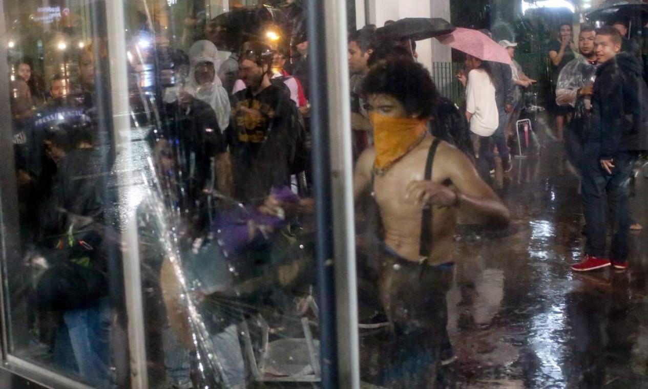 Vidros do metrô e extintores de incêndio foram destruídos Foto: Pedro Kirilos / Agência O Globo