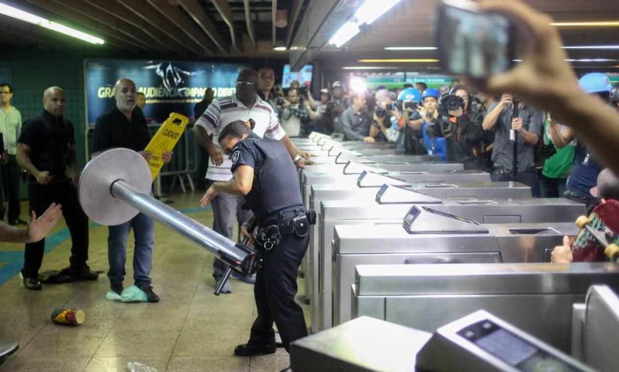 Principal conflito aconteceu na estação Consolação, na região da Avenida Paulista, com lançamento de bombas, gás de pimenta e seis manifestantes detidos Foto: Pedro Kirilos / Agência O Globo