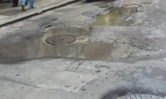 Vazamento de bueiro impede passagem de pedestres em rua do Centro. Foto: Eu-Repórter / Foto da leitora Lilia Miranda