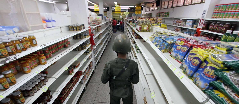 Patrulha e prateleiras vazias: em San Antonio de Táchira, filas para compras de produtos supervalorizados Foto: George CASTELLANOS / AFP