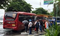 Serviço mais caro. Passageiros embarcam em ônibus na Praia de Icaraí: tarifa dos coletivos agora custa R$ 3,70 Foto: foto do leitor / Arquivo//09-05-2015