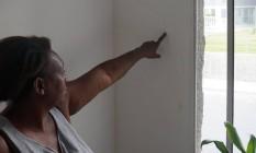 Moradora do Zilda Arns II mostra rachadura no tijolo que aumenta a cada nova chuva na cidade Foto: Divulgação/Rafael Duarte
