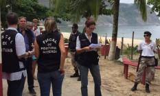 Interdição. Fiscais recebem apoio de guardas municipais durante a operação Foto: Marjorye Mandergan / Divulgação