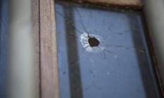 Perfuração feita por tiro no vidro de um dos DPOs Foto: Hermes de Paula