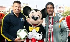 Ronaldinho e Ronaldo Fenômeno posam com o Mickey Foto: Divulgação/Florida Cup / Divulgação/Florida Cup