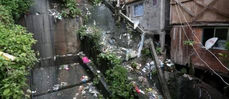 Estado estuda privatização do saneamento básico nas favelas do Rio de Janeiro. Comunidade Santa Marta. Maria das Graças Martins, mora ao lado do valão Foto: Custódio Coimbra / Agência O Globo