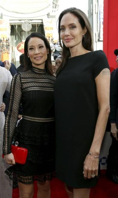 Colegas de elenco (elas colocaram suas vozes nos personagens), Angelina Jolie e Lucy Liu posam para os fotógrafos MARIO ANZUONI / REUTERS