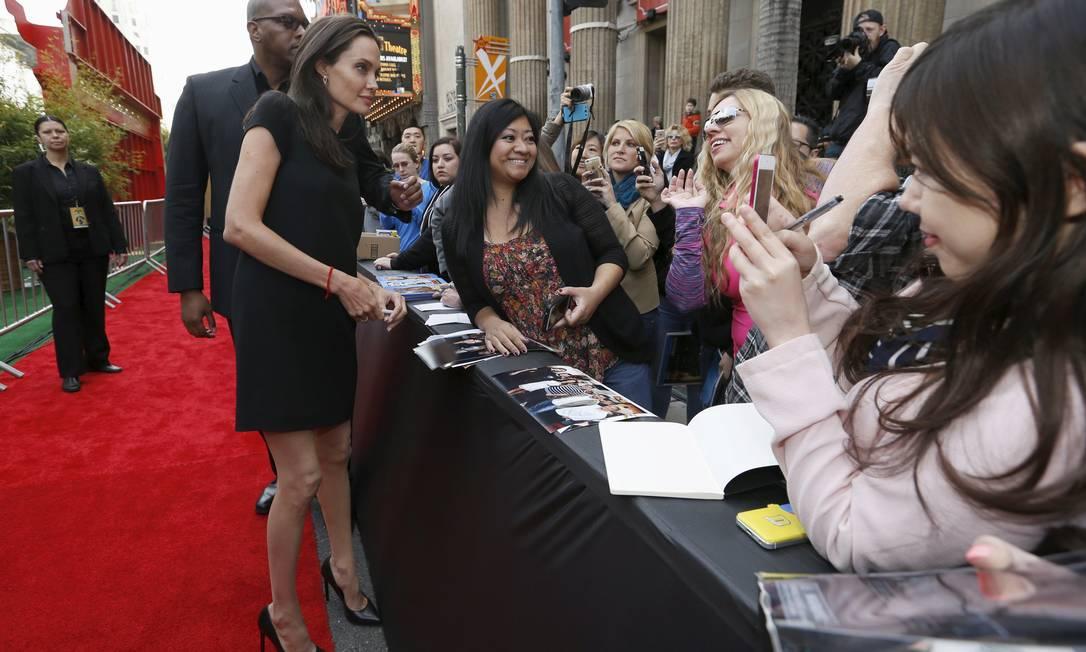 Angelina com os fãs na Califórnia MARIO ANZUONI / REUTERS