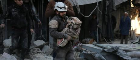 Defesa Civil síria retira criança de destroço após ataque na cidade de Aleppo Foto: KARAM AL-MASRI / AFP