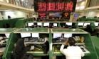Funcionários acompanham movimentações na Bolsa de Teerã Foto: TIMA / REUTERS