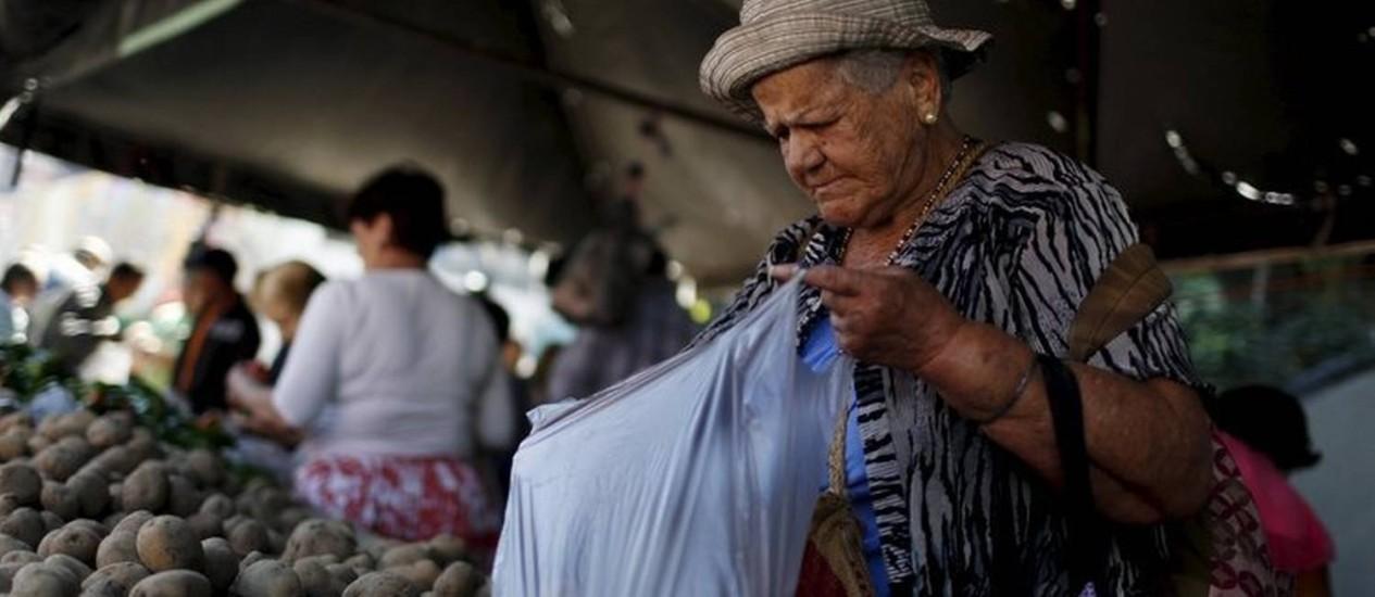 Senhora vai à feira em Caracas: inflação de 254% de janeiro a setembro de 2015 Foto: REUTERS / 16-1-2016