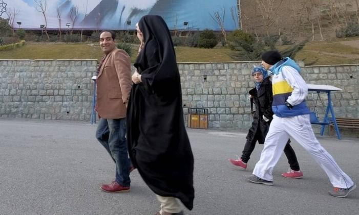 Moradores de Teerã caminham pela capital do país: clima de moderação após anúncio do levantamento das sanções Foto: Raheb Homavandi / REUTERS