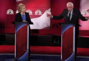 A ex-secretária de Estado Hillary Clinton e o senador Bernie Sanders participam do debate entre os pré-candidatos democratas à presidência dos Estados Unidos Foto: RANDALL HILL / REUTERS