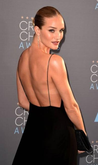 Pode até ser inverno no Hemisfério Norte, mas a modelo e atriz inglesa Rosie Huntington-Whiteley exibiu seu bronzeado no tapete vermelho do Critics' Choice Awards, neste domingo, na Califórnia MARK RALSTON / AFP