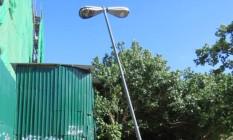 Poste ameaça tombar no Arpoador Foto: Foto enviada pelo leitor José Conde Rocha para o Whats App do GLOBO / Eu-Repórter