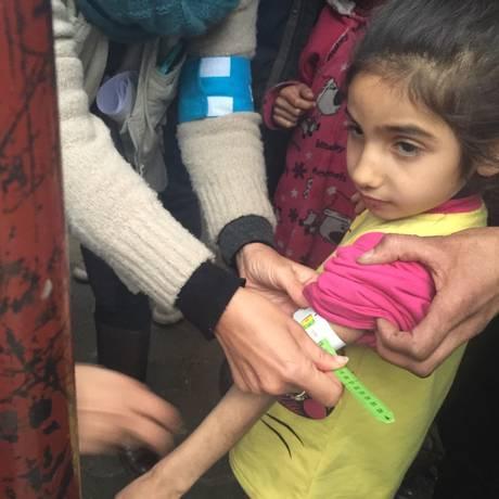 Foto divulgada pelo Unicef mostra funcionário fazendo medição no braço de uma criança desnutrida na cidade síria sitiada de Madaya Foto: STRINGER / AFP