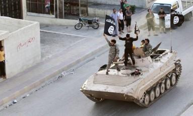 Em demonstração de poder, militantes do Estado Islâmico passam pelas ruas de Raqqa Foto: REUTERS