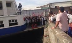 15/07/2015 - Barca BoaViagem, desgovernada, bate em pier na praça XV, em julho de 2015 Foto: Foto do leitor