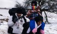 Frio. Uma família de imigrantes caminha na neve, após entrar na Sérvia