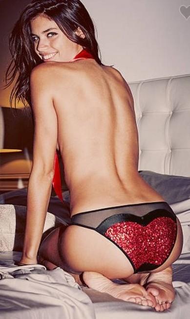 Em um outro momento, ela aparece de topless e calcinha decorada Divulgação