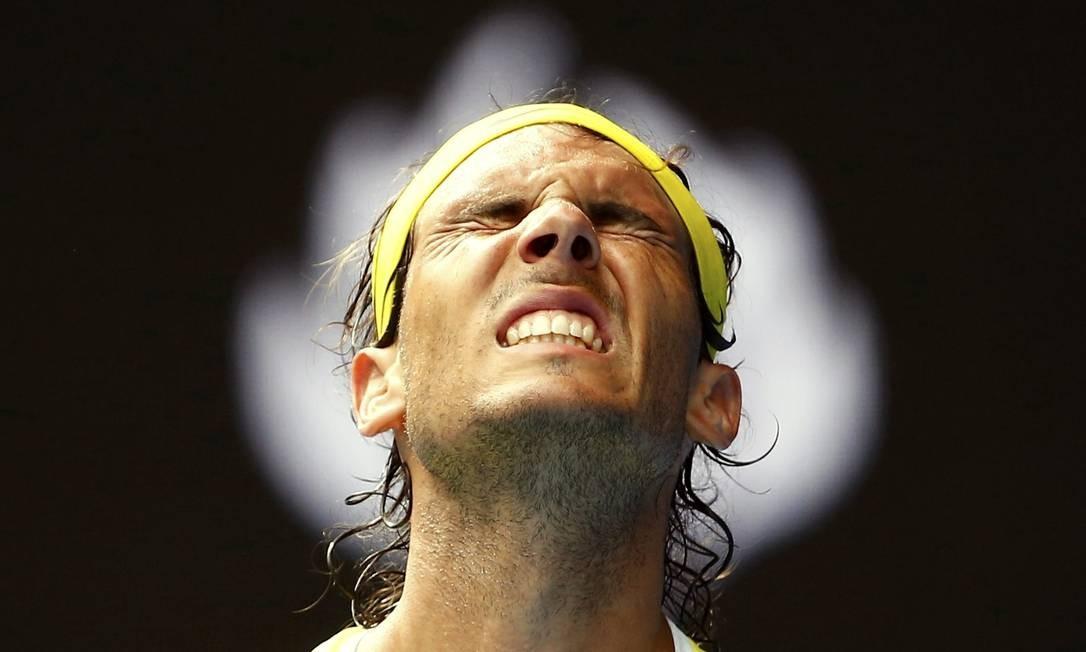 O espanhol Rafael Nadal faz uma cara feia após perder um ponto. Ele foi derrotado na estreia pelo compatriota Fernando Verdasco THOMAS PETER / REUTERS