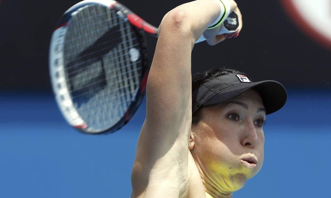 A sérvia Jelena Jankovic se esforça para devolver uma bola contra a eslovena Polona Hercog BRANDON MALONE / REUTERS