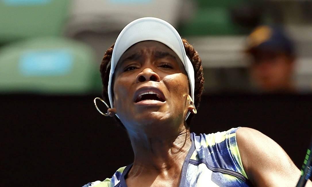 A americana Venus Williams rebate uma bola contra a britânica Johanna Konta THOMAS PETER / REUTERS