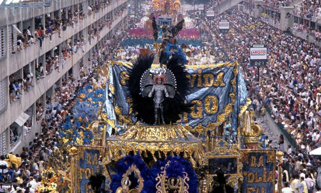 De longe, a alegoria tinha aspecto luxuoso Foto: Otávio Magalhães / Agência O Globo
