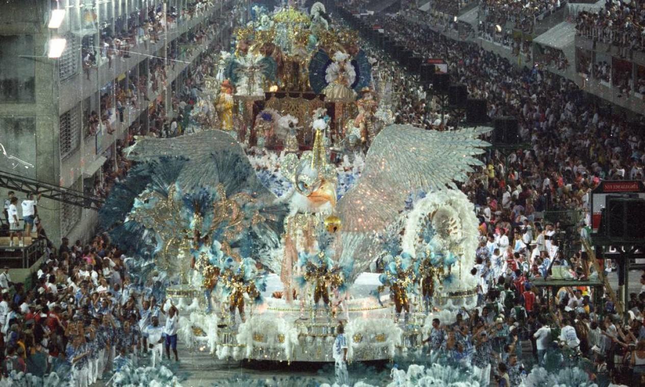 Á águia, de máscara, abriu um desfile luxuoso como o portelense gosta Foto: Cezar Loureiro / Agência O Globo