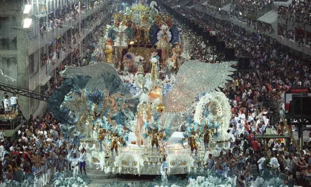 Á águia, de máscara, abriu um desfile luxuoso como o portelense gosta Cezar Loureiro / Agência O Globo