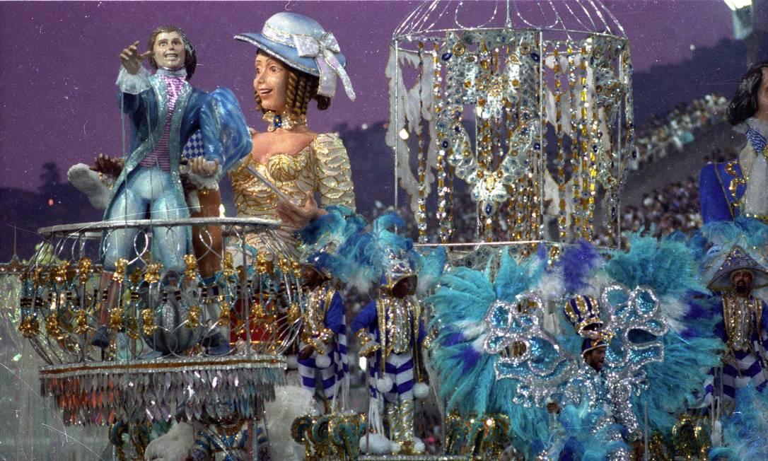 Esculturas com trajes tradicionais Júlio César Guimarães / Agência O Globo