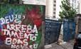 Com o portão violado, terreno da RioTrilhos no Catete tem sido usado como depósito de lixo
