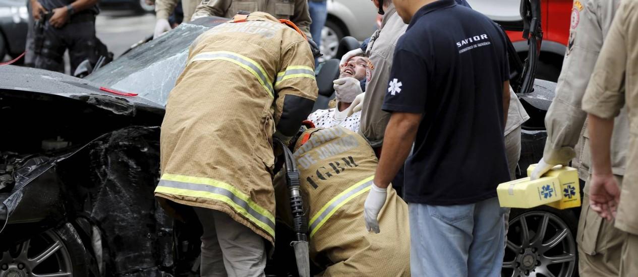 Bombeiros trabalham para retirar vítima de acidente que ficou presa nas ferragens Foto: Gabriel de Paiva / Agência O Globo