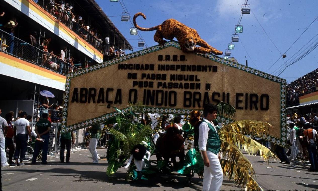 Carro pede-passagem já começava a dar o recado Foto: Luiz Pinto / Agência O Globo