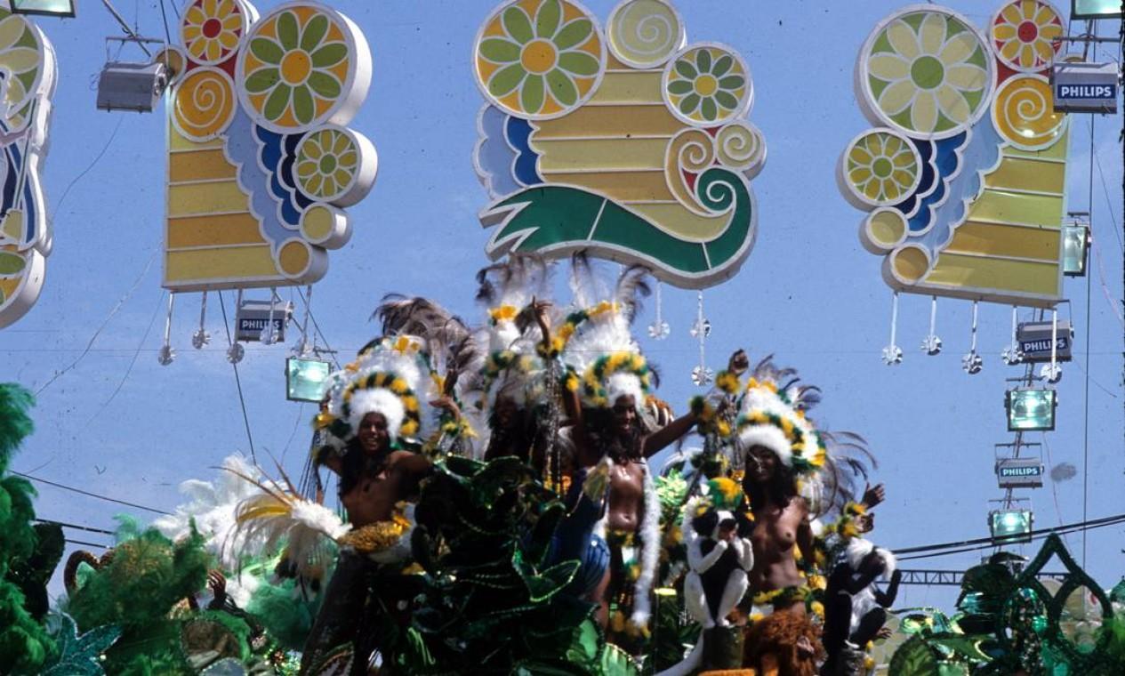 A beleza das índias sob a decoração da Sapucaí Foto: Luiz Pinto / Agência O Globo