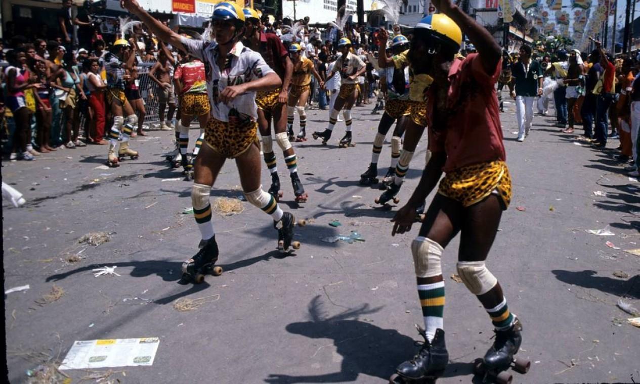 Índios de patins ironizavam a mudança de hábitos com o progresso Foto: Sebastião Marinho / Agência O Globo