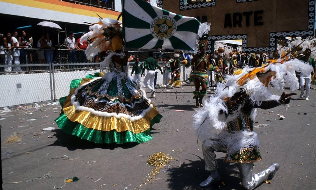 O mestre-sala Roxinho corteja a porta-bandeira Soninha Luiz Pinto / Agência Globo