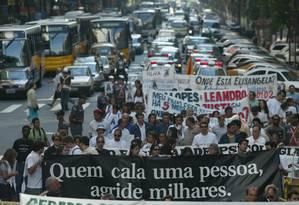 Jornalistas fazem passeata contra a violência e em memória a Tim Lopes, assassinado numa favela do Rio em 2002 Foto: Márcia Foletto - 29/06/2002 / O Globo