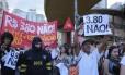 Cartazes repudiam o valor reajustado das tarifas de ônibus, trem e metrô: R$ 3,80