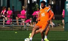 Fred domina a bola em treino do Fluminense em Orlando Foto: Divulgação