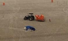 Acampamento irregular é montado nas areias da Praia de Copacabana Foto: WhatsApp do Globo / Foto do leitor Marcos Ferreira