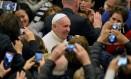 Papa é fotografado por fiéis no Vaticano Foto: TIZIANA FABI / AFP