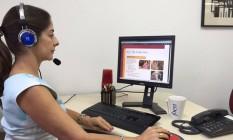 Mabel Castro assiste a uma das lições no Ibeu On-line Foto: Divulgação/Ibeu