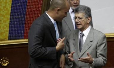 Presidente do Parlamento, Henry Ramos Allup (direita) ouve questionamento do líder chavista na Casa, Héctor Rodríguez Foto: MARCO BELLO / REUTERS