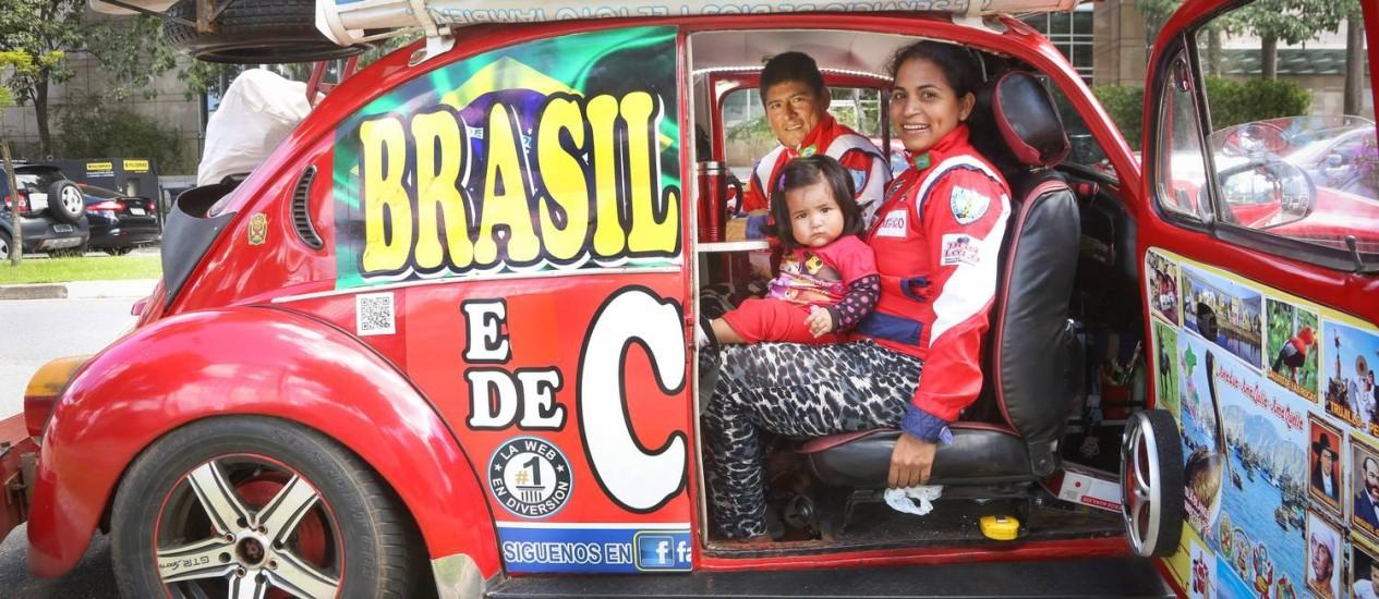 Casal peruano viaja o mundo em Fusca transformado em casa Foto: Marcos Alves / Agência O Globo