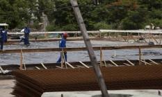 Poucos operários no canteiro de obras: inauguração vai atrasar ao menos três meses Foto: Hermes de Paula / Agência O GLobo